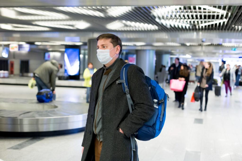 Reisender mit Atemmaske