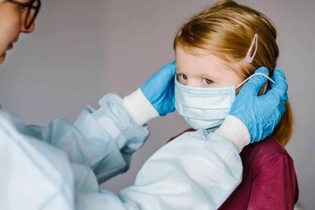 Kind mit medizinischer Maske